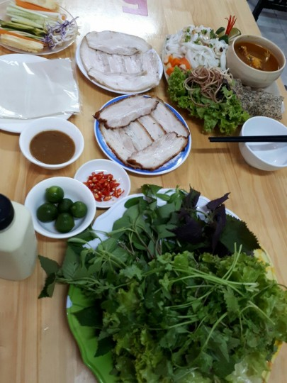 Bánh tráng cuốn thịt heo phục vụ tại Hoàng Bèo Linh Đàm