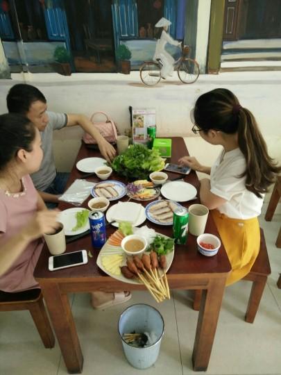 Khách yêu Hoàng Bèo Hà Đông thưởng thức Nem lụi và Bánh tráng